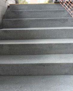 Treppenaufgang NACH der Sanierung