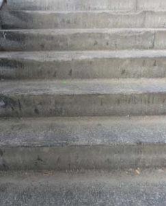 Treppenaufgang VOR der Sanierung